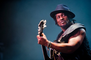 D'Angelo Performs in London