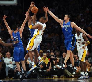 Los Angeles' Lakers guard Kobe Bryant (C